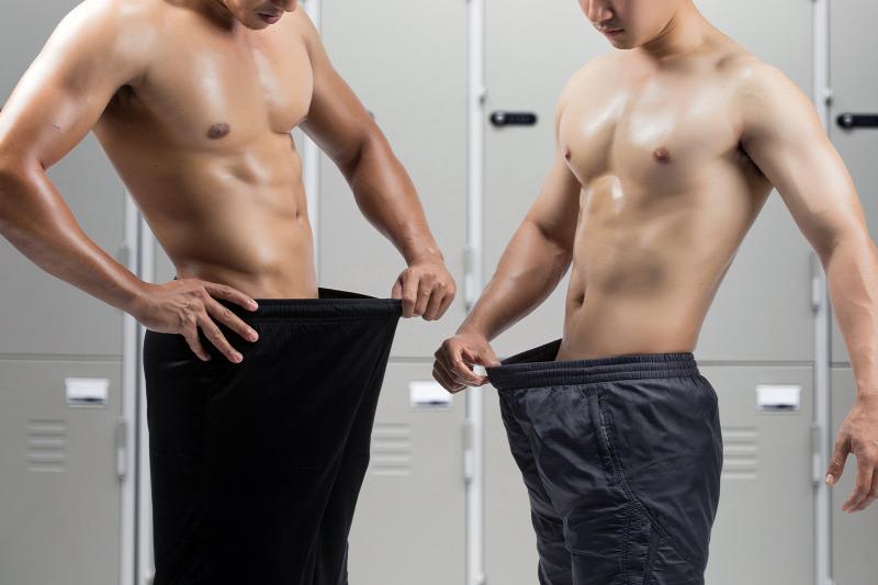 férfiak péniszekkel a pénisz kézi stimulálása egy nő által